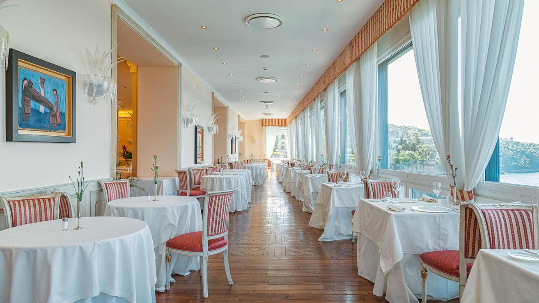 foto_hotel_imperial_tramontano_ristorante_con_tavoli_alestiti